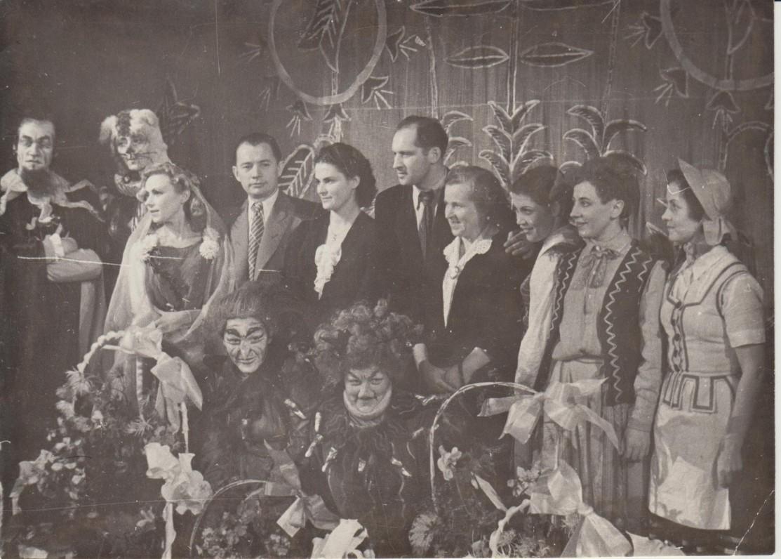 """Po D. Čiurlionytės-Zubovienės pjesės """"Pasakų šalis"""" vaidinimo jaunojo žiūrovo teatre. Kaunas, 1956 m. Danutė stovi ketvirta iš kairės"""
