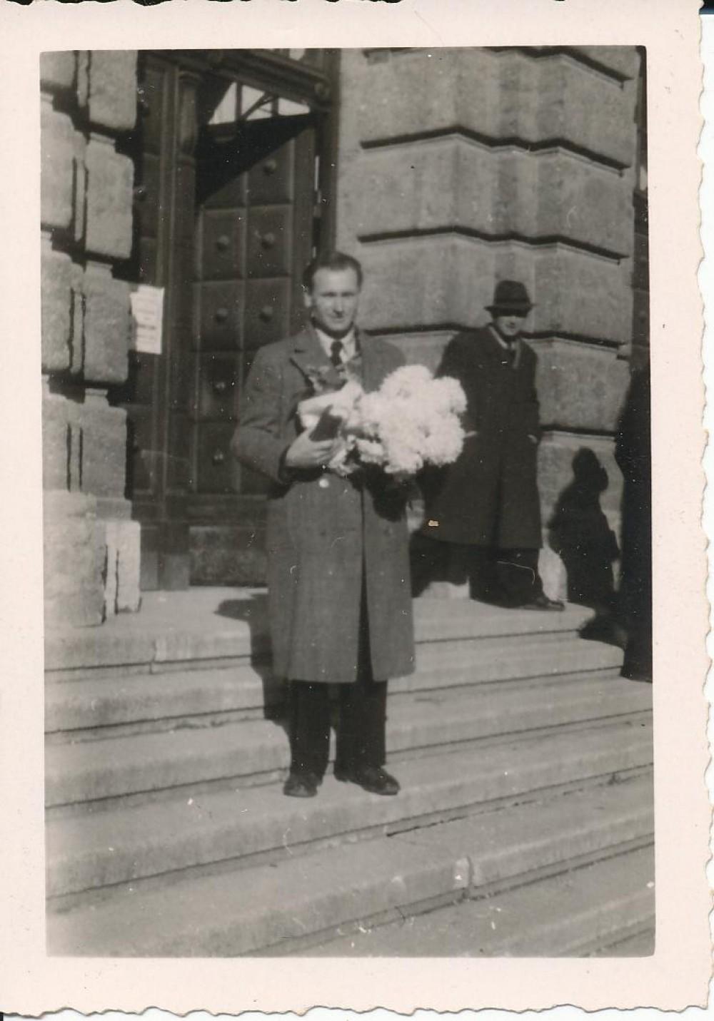 Po daktaro laipsnio suteikimo, ant universiteto laiptų. Insbrukas, 1947 11 22