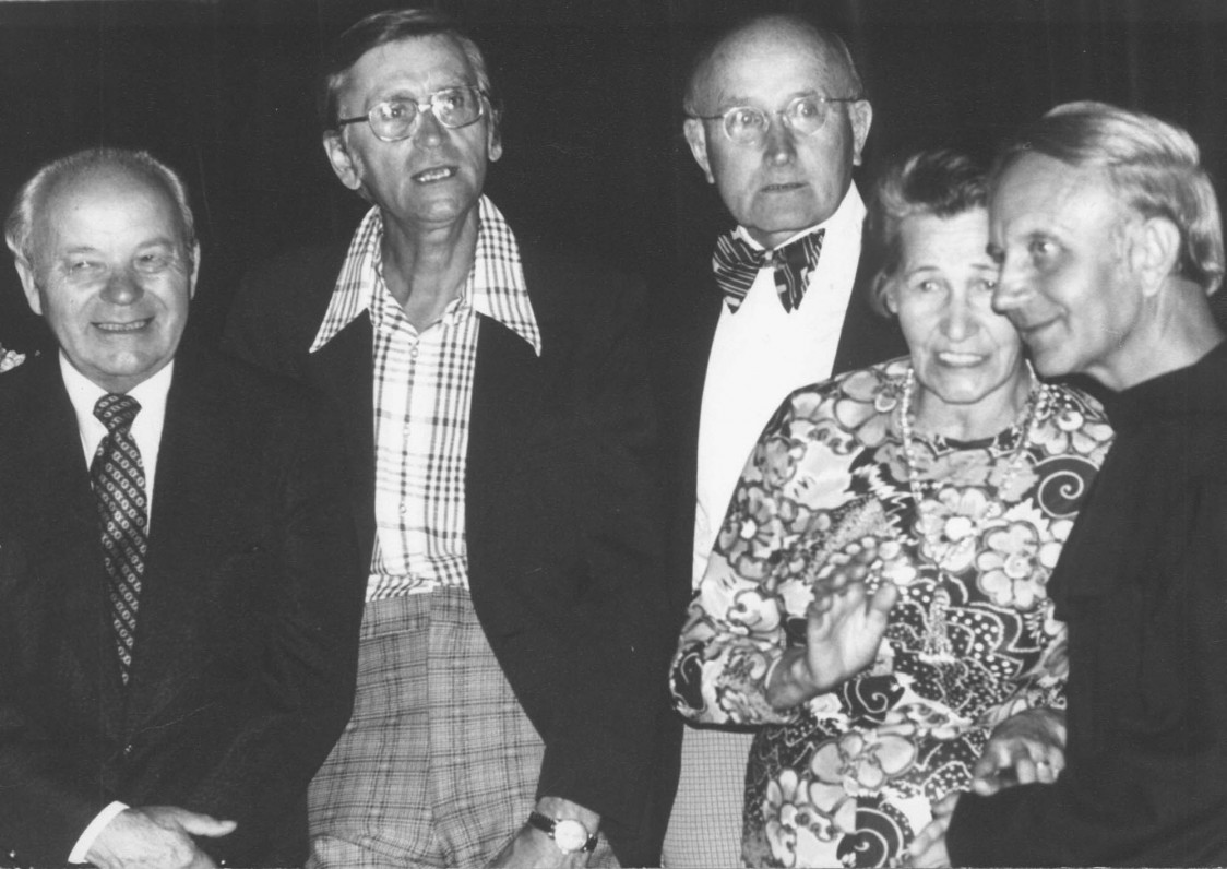 """Po literatūros vakaro """"Židinyje"""". J. Jankus, A. Landsbergis, A. Vaičiulaitis, O. Balčiūnaitė-Masaitienė ir L. Andriekus. Niujorkas, apie 1978 m."""
