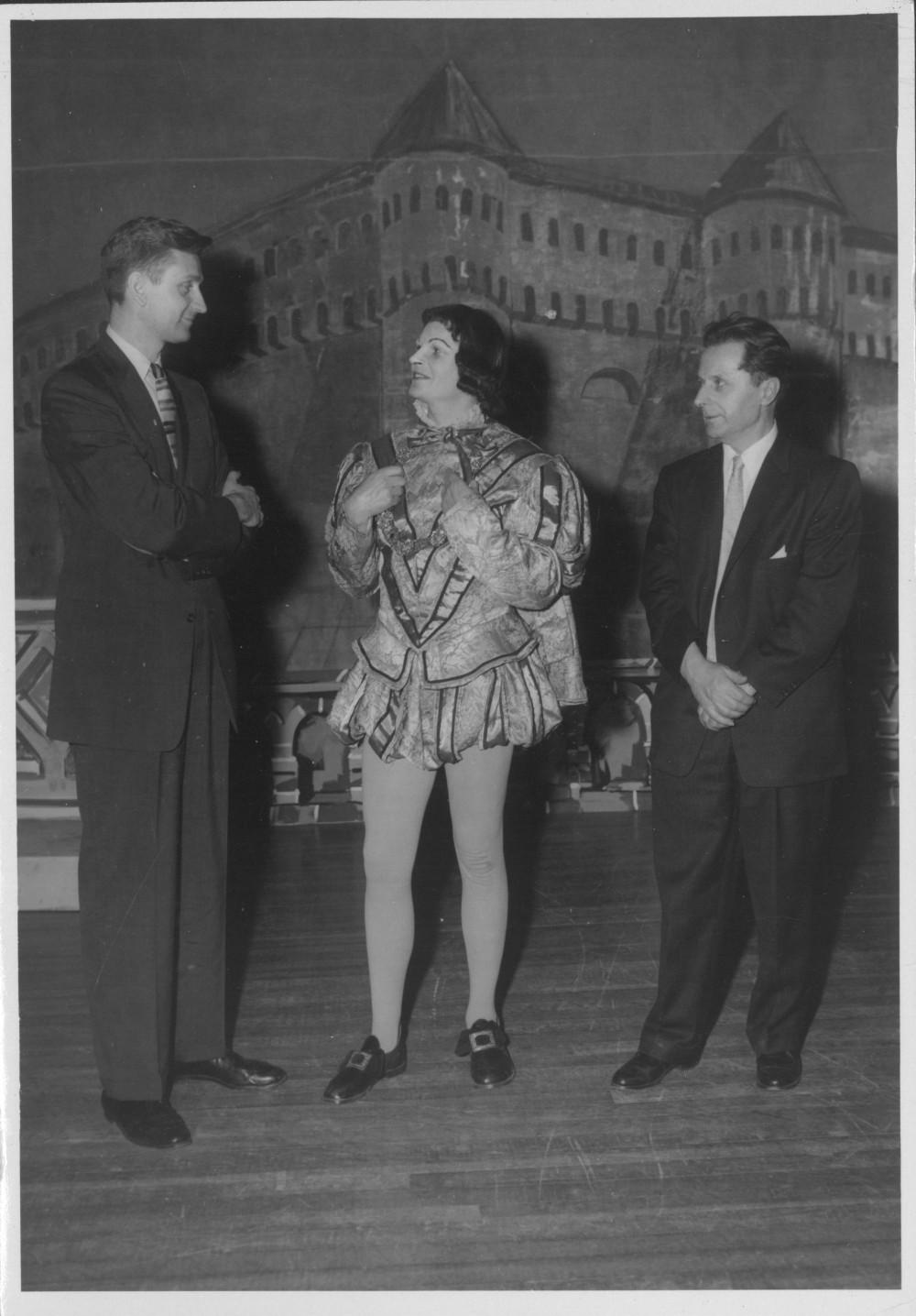 "Po spektaklio ""Vėjas gluosniuose"" premjeros Čikagoje. A. Landsbergis, rež. A. Dikinis, dail. A. Valeška. 1958 m. gegužės 10 d."