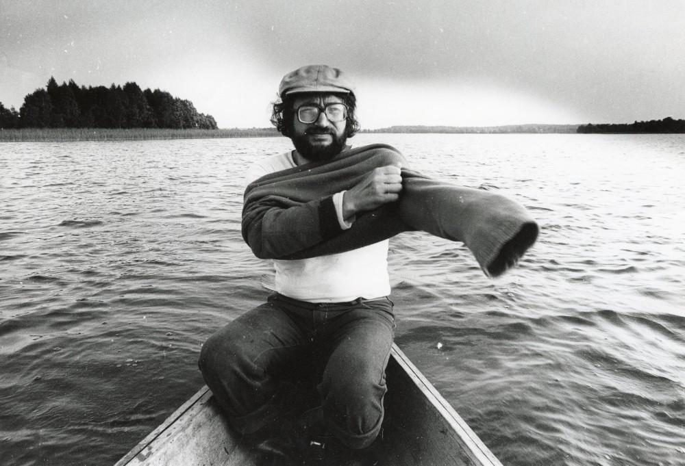 Poetas S. Geda Snaigyno ežere. 1983 m. Prie ežero yra gimtasis poeto kaimas Paterai. R. Rakausko nuotr.