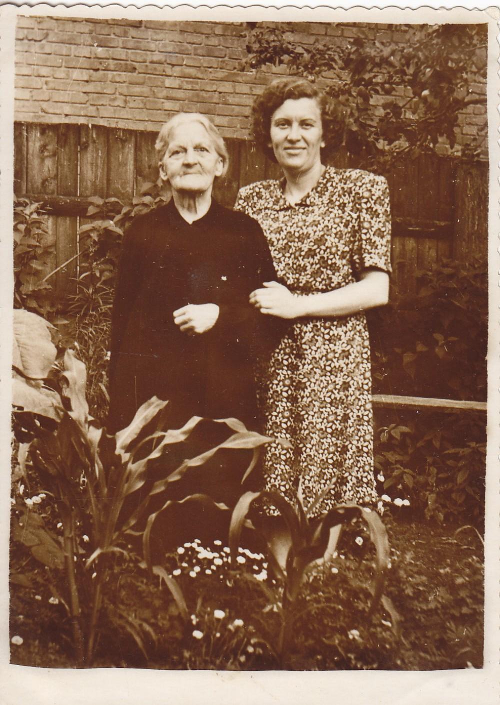 Poeto motina Magdalena ir sesuo Birutė. 1956 m.
