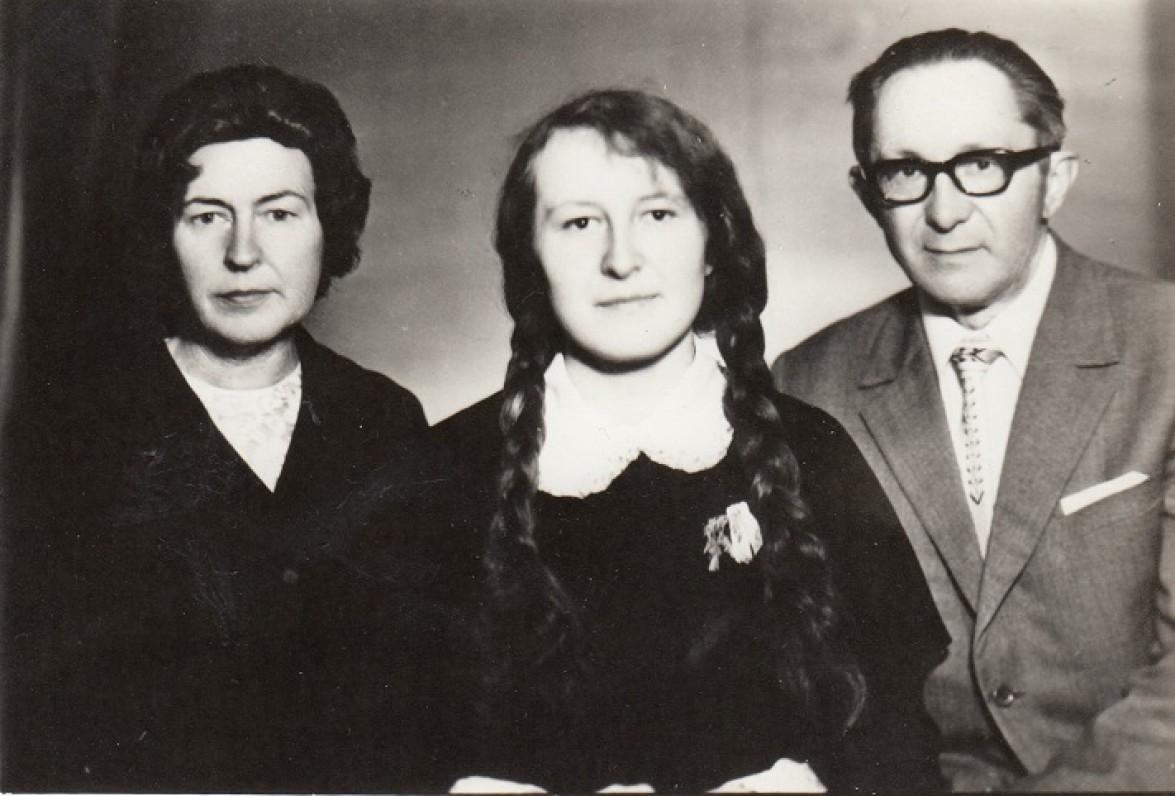 Pranutė Aukštikalnytė-Jokimaitienė ir Gediminas Jokimaitis su dukra Danute. Apie 1972 m.