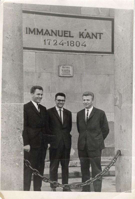 Prie I. Kanto kapo Karaliaučiaus katedroje. Iš kairės A. Maldonis, A. Baltakis, Just. Marcinkevičius. 1964-ųjų rugpjūtis
