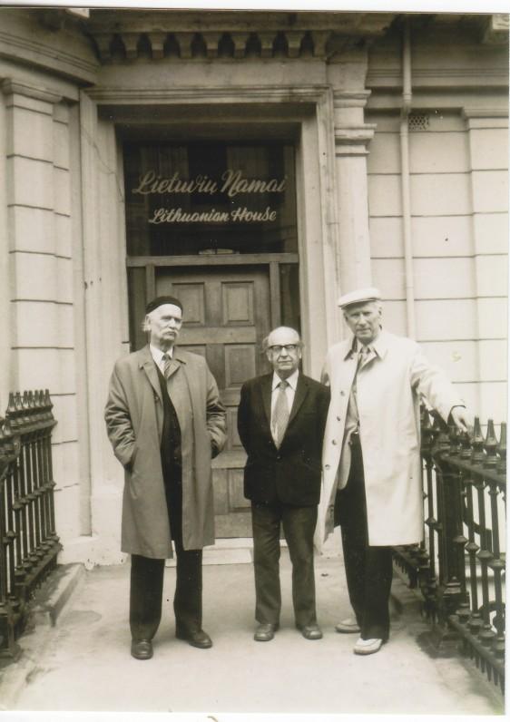 Prie Lietuvių namų Londone. K. Barėnas, R. Baublys ir S. Santvaras. 1982 m.