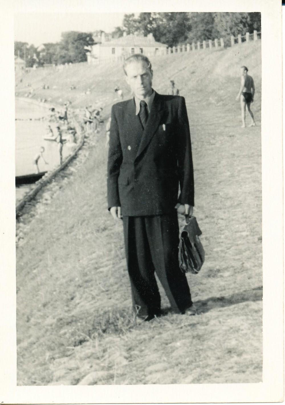 Prie Neries Vilniuje su pirmu už nuosavus pinigus nusipirktu kostiumu. 1953 m.
