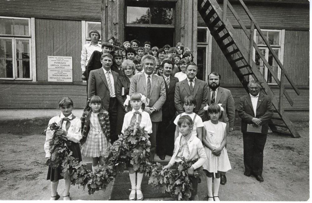 Prie Pocelonių mokyklos su mokiniais ir mokytojais. Centre – A. Maldonis. 1987 m. Fotografas R. Rakauskas