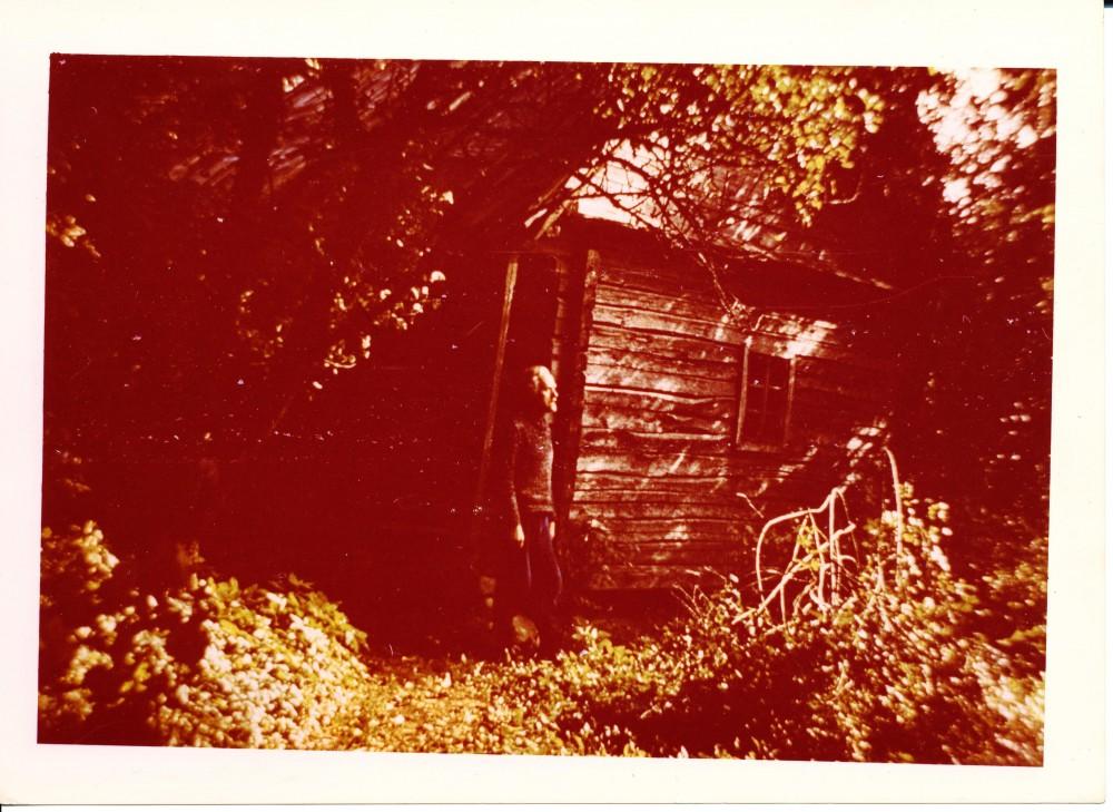 Prie klėtelės Ratkūnuose. Čia buvo parašyti daugelis svarbiausių J. Mikelinsko kūrinių. Apie 1975 m.