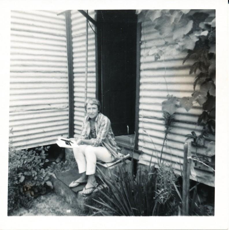 Prie savo namo Sidnio mieste. Apie 1970 m.