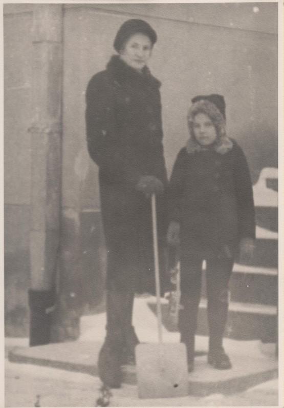 Pusseserės Dalia ir Jolita Sruogaitės. Kaunas, 1940 m.