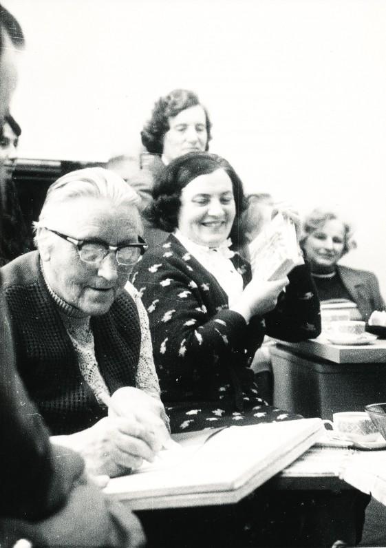 Rašytoją I. Simonaitytę apgulė skaitytojai. Fotografas V. Kaltenis
