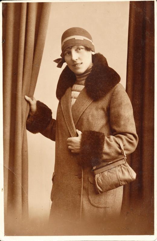 Rašytoja pozuoja pasipuošusi dailia skrybėlaite. 1929 m.