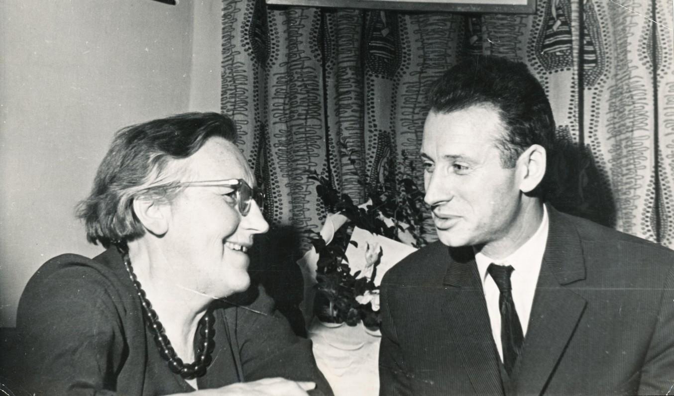 Rašytojai I. Simonaitytė ir M. Sluckis turėjo apie ką pašnekėti… Apie 1957 m. Fotografas A. Sutkus