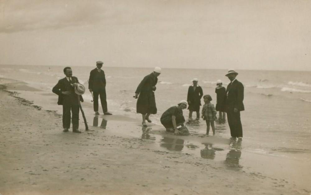 Rašytojas A. Lastas su giminaičiais ir kitais pajūryje. Apie 1930 m.