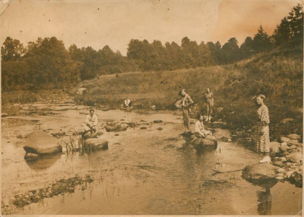Rašytojas A. Vaičiulaitis su draugais prie Ventos upės. Apie 1936 m.