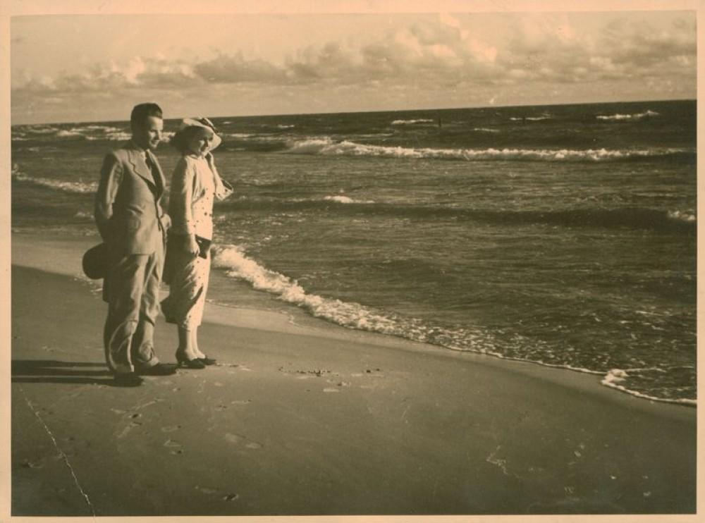Rašytojas S. Zobarskas su žmona pajūryje. Apie 1936–1938 m.