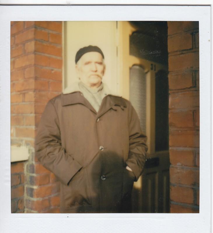 Rašytojas dažnai buvo sutinkamas dėvintis beretę. Tai užfiksuota ne vienoje nuotraukoje. Prie savo namų Londone. 1983 m.