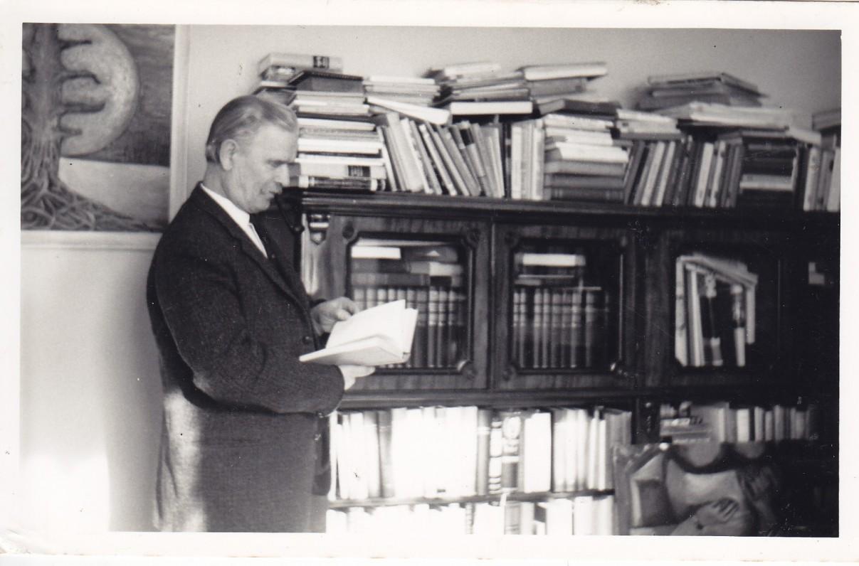 Rašytojas savo namuose, šalia asmeninės ilgus metus kauptos bibliotekos. Londonas. Apie 1960 m.