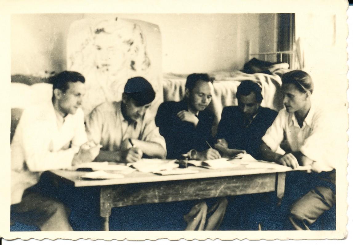 """Redaguojant """"Irklo kotą"""". A. Baronas antras iš kairės. Hanau. 1947 m."""