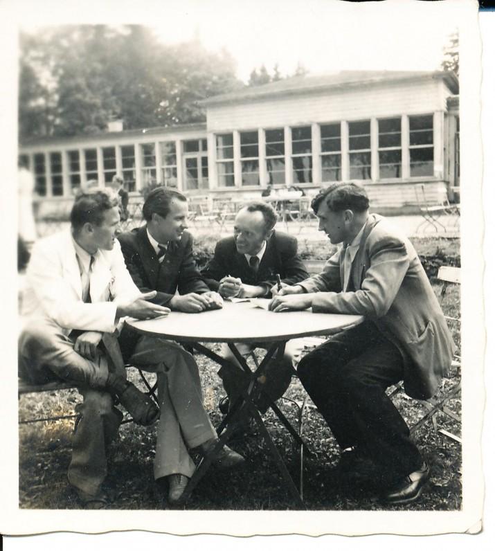 """Redaguojant """"Irklo kotą"""". A. Baronas pirmas iš dešinės. Hanau. 1947 m."""