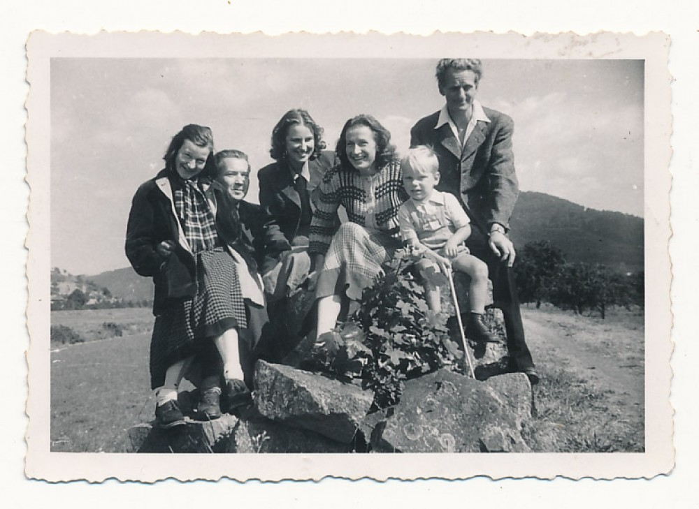 S. Čipkienė, V. Trumpa, D. Kaupienė, A. Janavičienė ir J. Kaupas su sūnumi Algiuku. 1949 m.