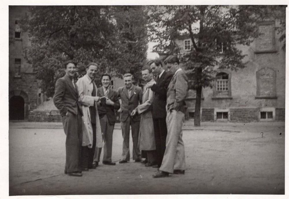 S. Džiugas (antras iš kairės) su draugais Hanau stovyklos kieme. 1949 m. Vokietija