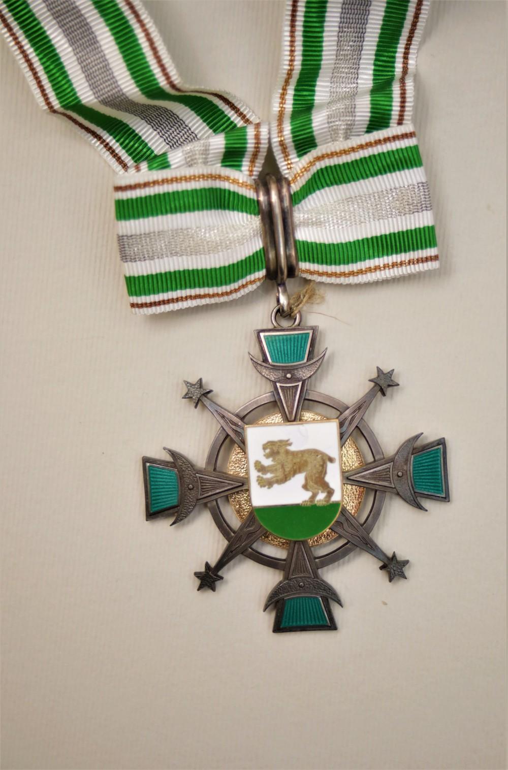 S. Džiugo – Raseinių garbės piliečio ženklas. Autorius T. Deksnys
