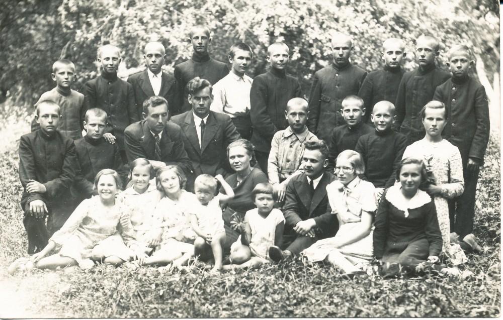 Saločių pradžios mokyklos 6-oji klasė 1937 metais. J. Mikelinskas trečias iš kairės viršutinėje eilėje