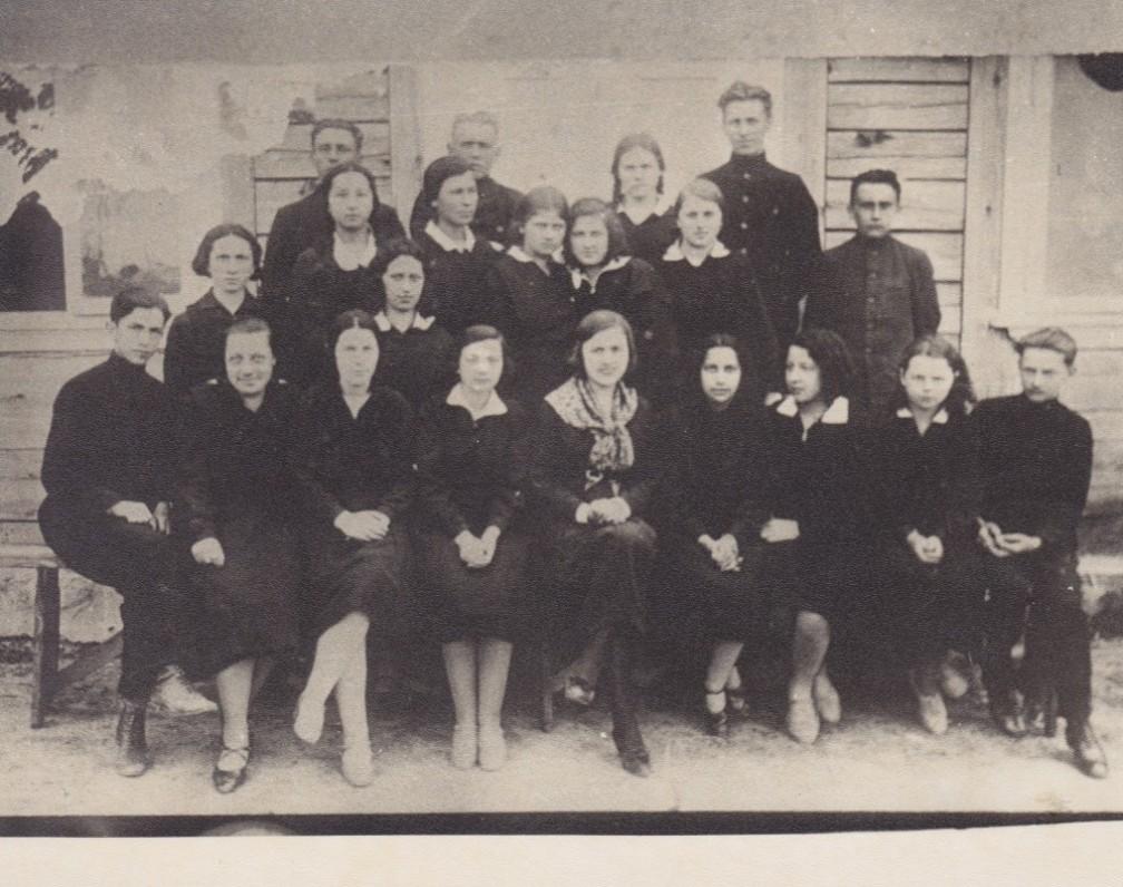 """Salomėja Nėris su Lazdijų """"Žiburio"""" gimnazijos auklėtiniais. 1930 m. Iš ten poetė ir atvyko į Kauną dalyvauti vakare"""