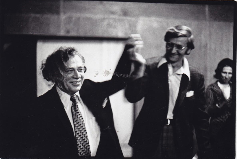 """Santaros-Šviesos suvažiavime pristatant knygą """"Saulės šermenys"""". A. Gustaitis ir A. Landsbergis. Apie 1974 m. Nuotrauka J. Dovydėno"""