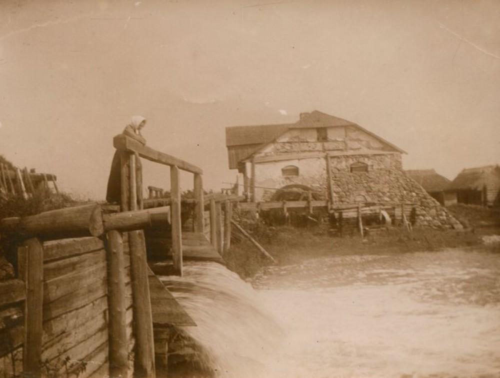 Šatrijos Ragana (Marija Pečkauskaitė) prie vandens malūno apie 1896 m. Povilo Višinskio nuotr.