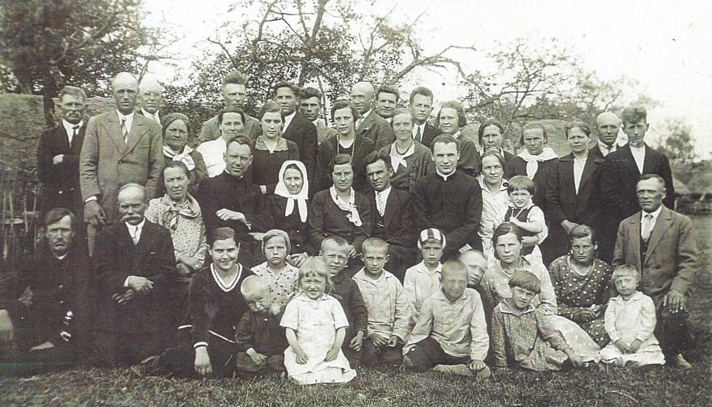 Savo primicijų dieną su giminėmis. Kaunas. 1932 m. Iš dešinės – sesuo Uršulė su dukrele Anele, kun. S. Yla, brolis Jurgis su žmona, mama Veronika