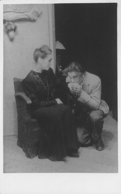 """Scena iš M. Rostando spektaklio """"Žmogus, kurį užmušiau"""". Vaidina L. Tvirbutienė ir A. Mekas. Kaselis, 1947 m."""
