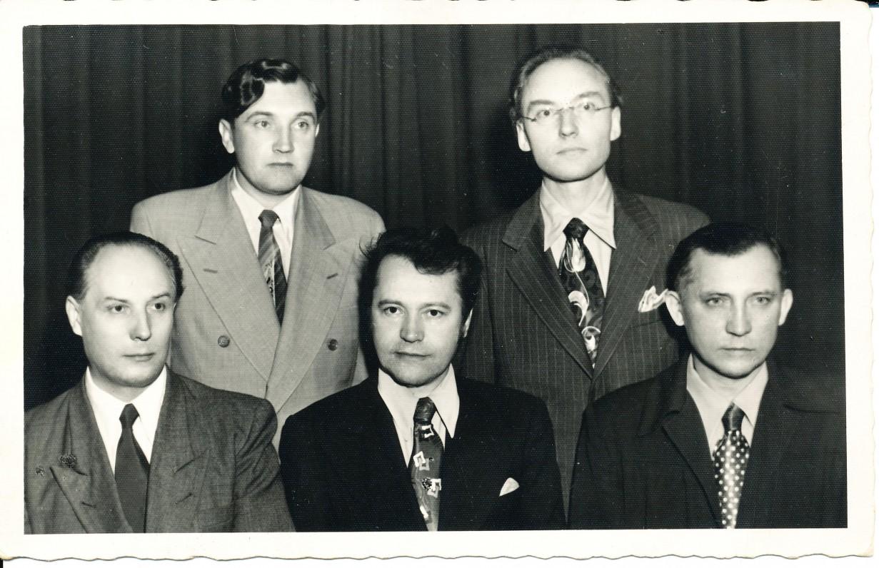 Sėdi – P. Gaučys, B. Babrauskas, V. Ramonas. Stovi – A. Baronas ir A. Šešplaukis-Tyruolis. Čikaga. 1956 m.