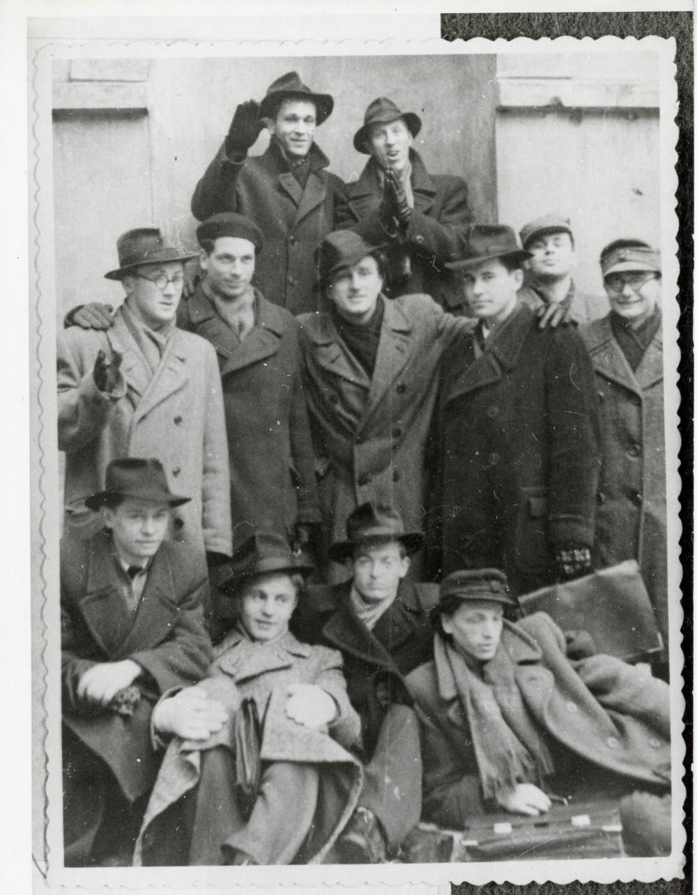 Skrybėlėti ir kepurėti VU filologai. A. Maldonis viršuje pirmas iš kairės. Apie 1952 m.