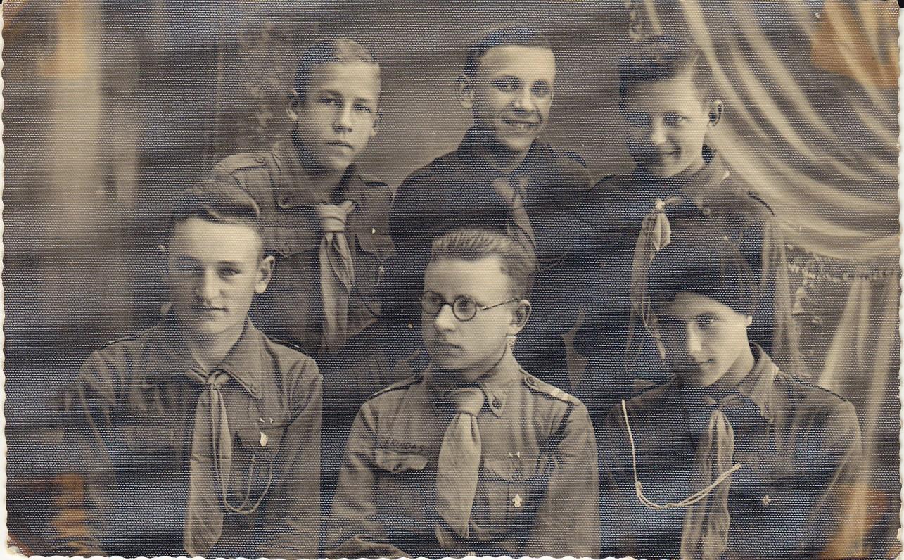 Skuodo gimnazijos mokiniai. H. Nagys – pirmas iš kairės. Apie 1935 m.