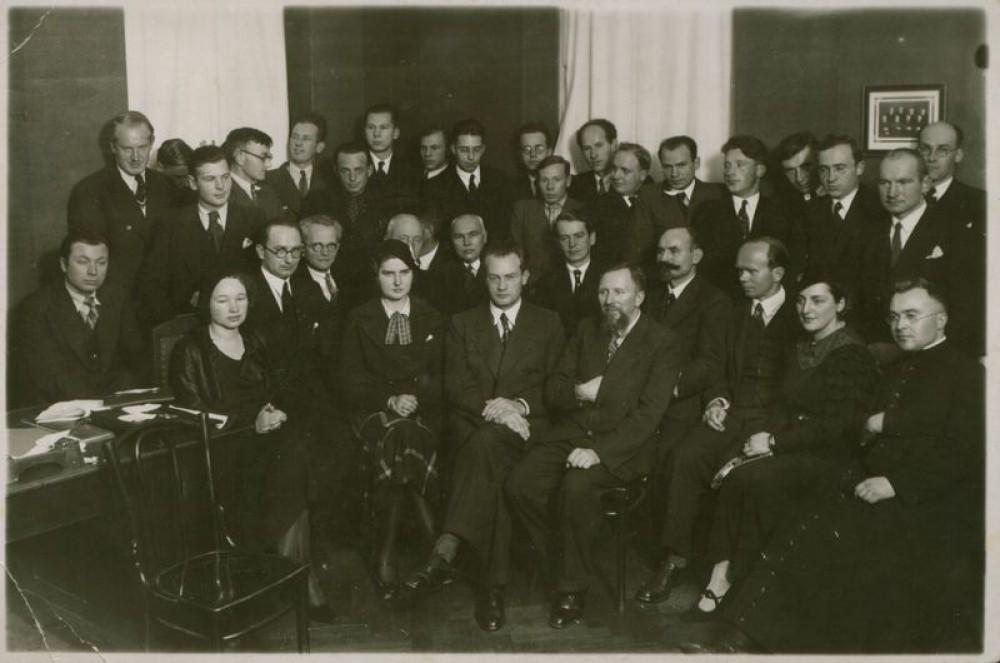 """Štai taip """"vyriškai"""" atrodė Lietuvos rašytojų draugijos visuotinis susirinkimas 1934 m. Moterų mažuma"""
