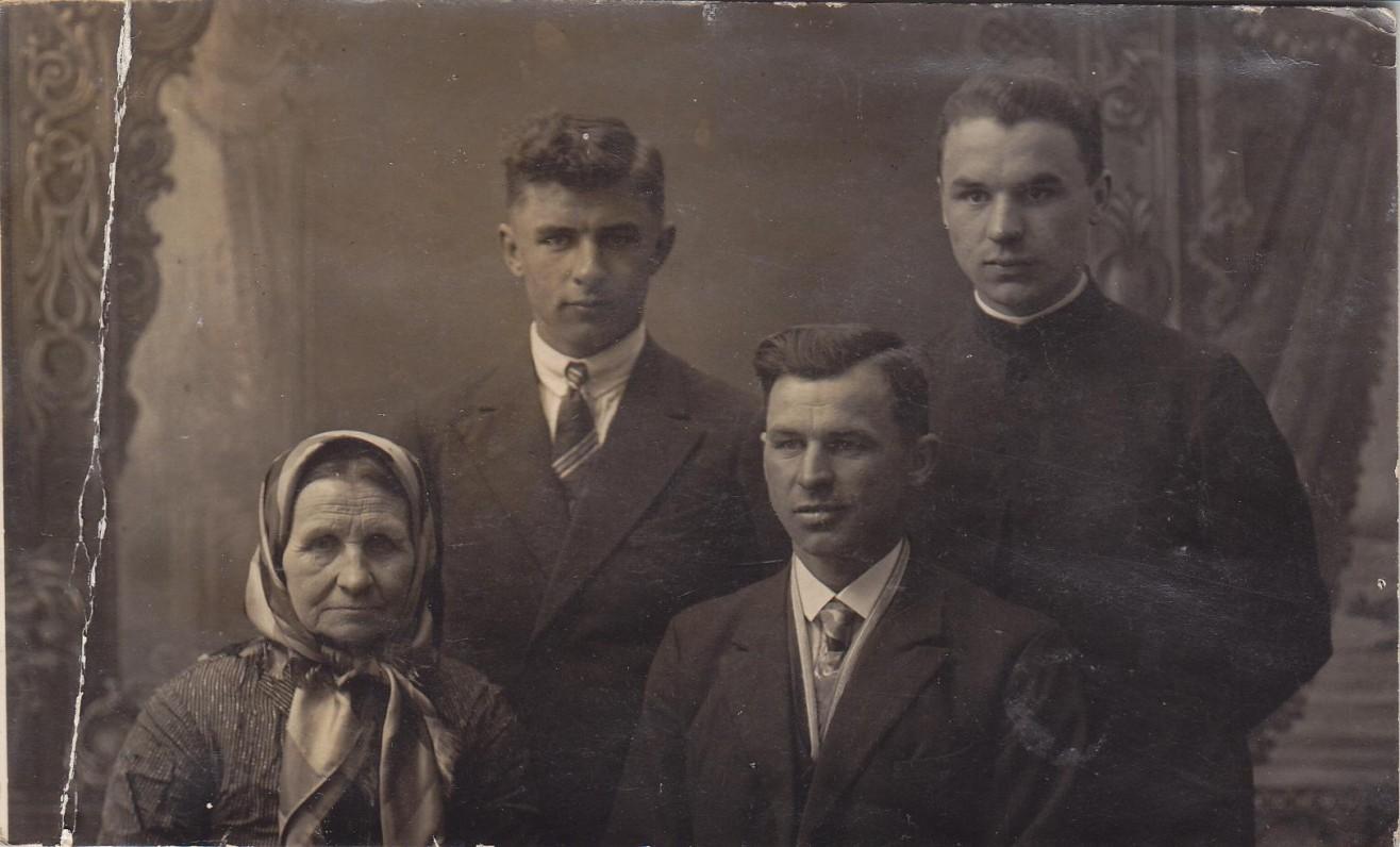 Stasys Yla (stovi dešinėje) su mama ir broliais Jonu bei Jurgiu. Kaunas. Apie 1930 m.