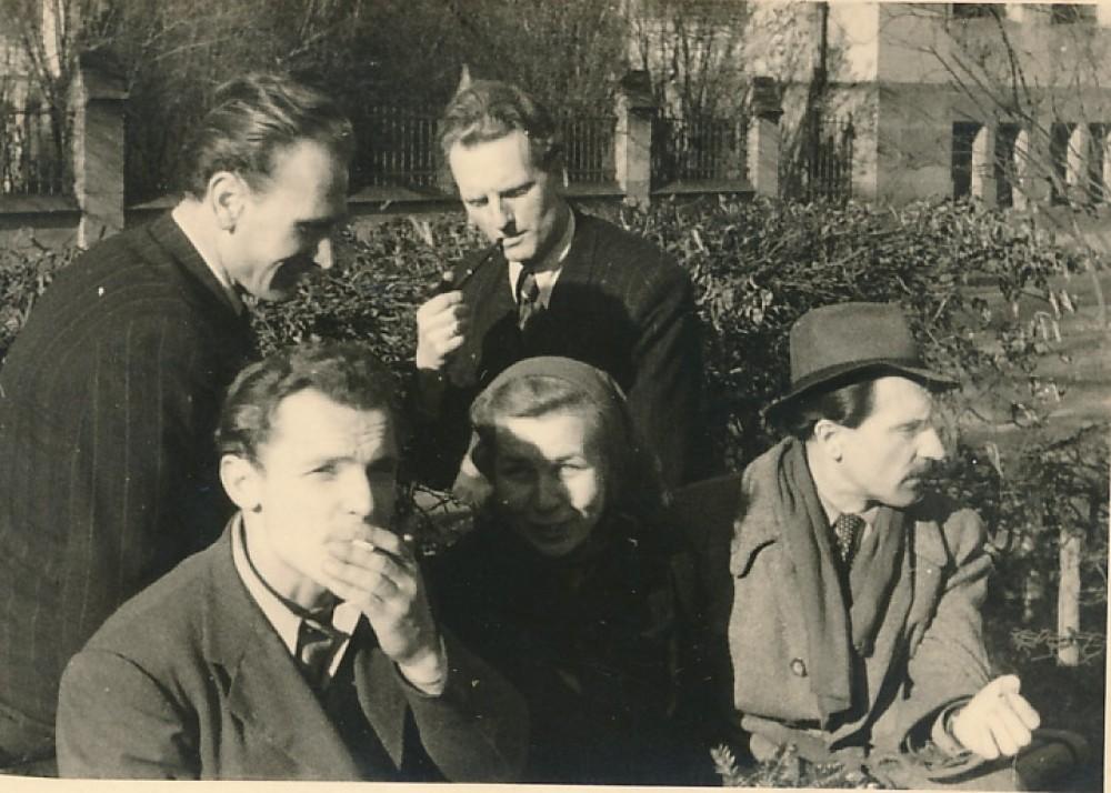 Stovi iš kairės M. Morkūnas, J. Kaupas. Sėdi iš kairės R. Viesulas, Liūnė Sutema, M. Katiliškis. Freiburgas, 1947–1948 m.