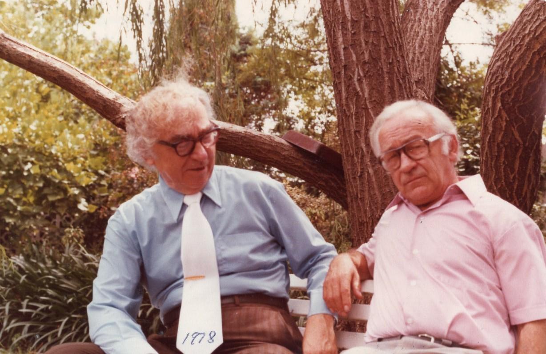 """Su Bernardu Brazdžioniu """"Kazokynės"""" kieme. Sidnėjus, 1978 m."""