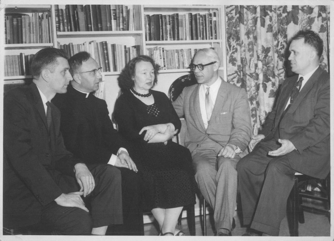 Su LRD premijos skyrimo komisijos nariais. A. Landsbergis, L. Andriekus, N. Mazalaitė, J. Brazaitis, V. Maciūnas. Bruklinas, 1958 m.
