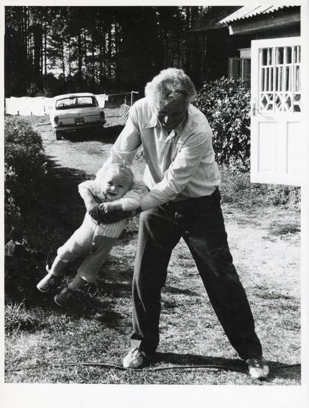 Su anūku Tomu Linmarkyje Švenčionių rajone. 1984-ųjų vasarą. Fotografas Sigitas Šimkusus