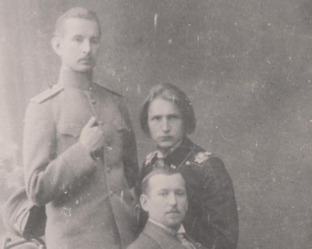 Su broliais Juozapu ir Adolfu. Petrogradas, 1915 m