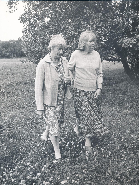Su dailininke bičiule B. Jacevičiūte Mazgeliškyje Kupiškio r. 1987 m. Fotografas R. Rakauskas