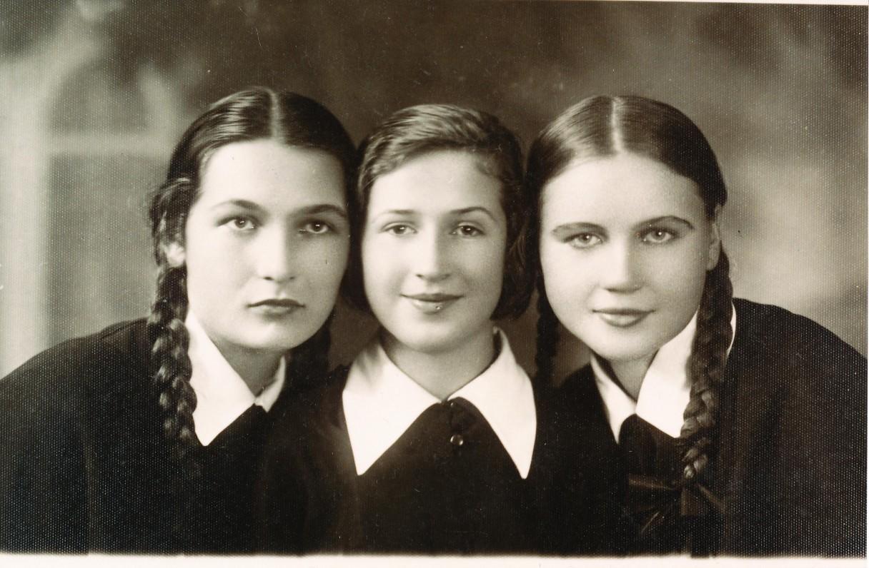 Su draugėmis Birute Kirmonyte ir Ona Gudynaite. Alytus. 1938 m.