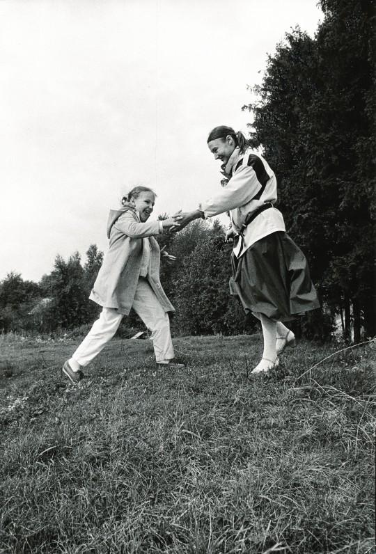 Su dukra Benigna tėviškėje – Kančėnuose, Alytaus rajone. 1987 m. R. Rakausko nuotrauka