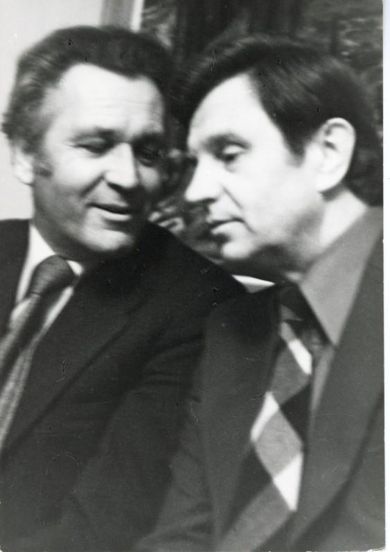 Su kurso draugu, artimu bičiuliu Just. Marcinkevičiumi. Apie 1978 m. Fotografė O. Pajedaitė