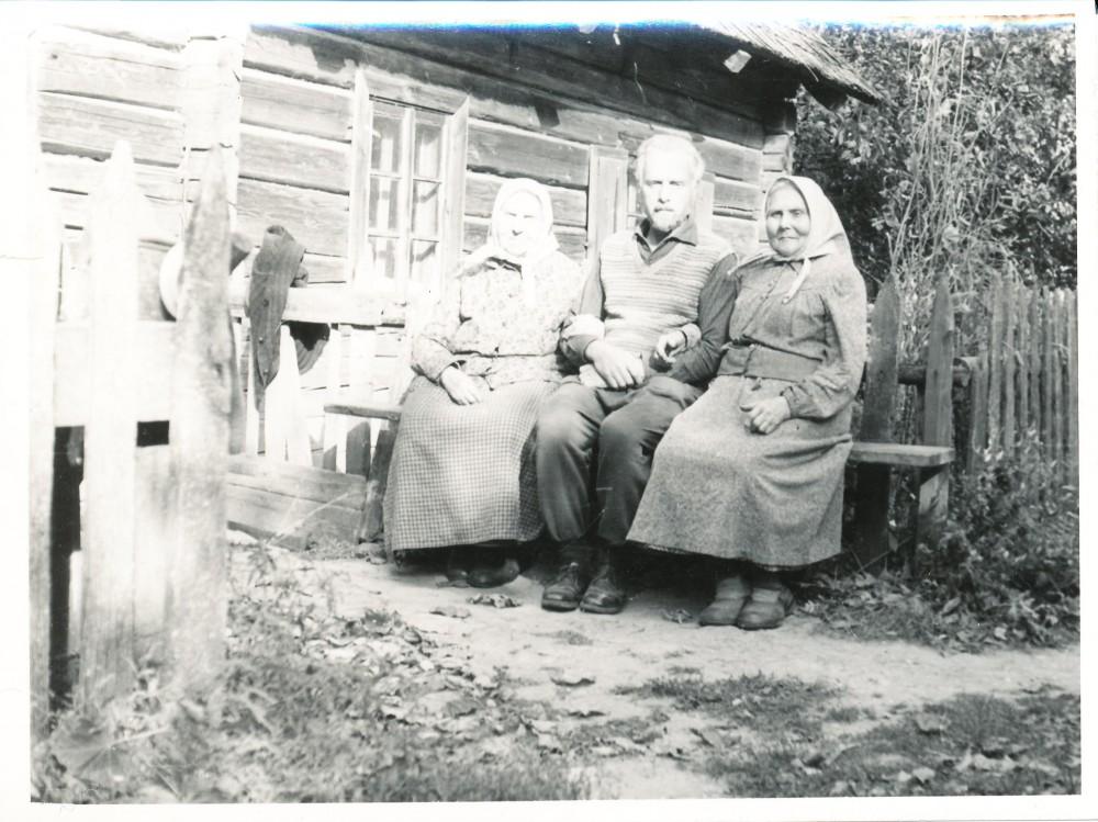 Su mama (Paulina) ir tetulyte (Veronika) prie savo gryčios. Ratkūnai, Pasvalio raj. Apie 1975 m.