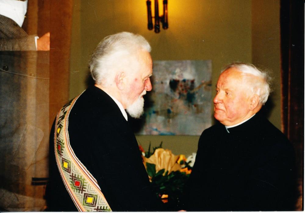 Su monsinjoru Kazimieru Vasiliausku. 1997 m.
