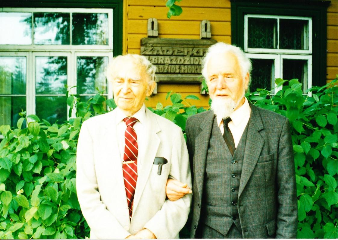 Su poetu Bernardu Brazdžioniu Žadeikiuose, Pasvalio rajone. 1994 m.